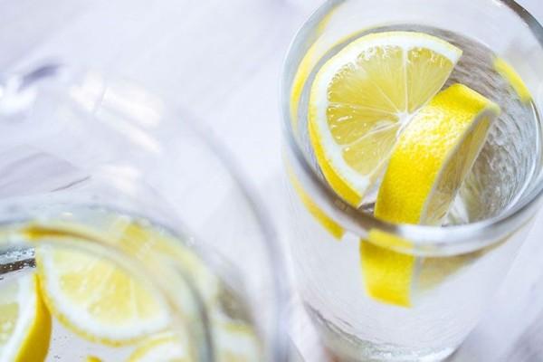 Νερό με λεμόνι για την καύση λίπους - Τι λένε οι επιστήμονες