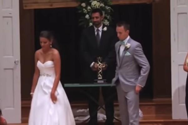 Ο γαμπρός «πάγωσε» όταν είδε την νύφη να απομακρύνεται την ώρα της τελετής - Μόλις πρόσεξε τα χέρια της πλάνταξε στο κλάμα