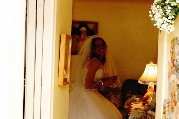 Ήταν και οι δυο τους έτοιμοι για το γάμο: Όταν έσκυψε να δει το νυφικό της η νύφη, όμως, διαπίστωσε κάτι τρομακτικό