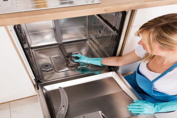 Καθάρισε σωστά το πλυντήριο πιάτων - Τα βήματα που πρέπει να ακολουθήσεις!