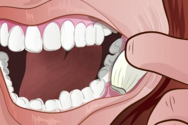 Βάζει μία σκελίδα σκόρδο μέσα στο στόμα της και την αφήνει για μερικά λεπτά. Ο λόγος; Κάνει θαύματα!