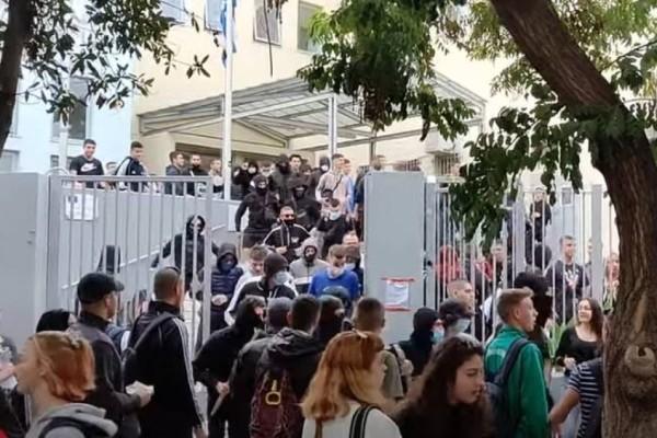 Χαμός στη Θεσσαλονίκη: Μολότοφ, χημικά και μάχες σώμα με σώμα στο ΕΠΑΛ Σταυρούπολης! Εισαγγελική παρέμβαση ζητά η Κεραμέως
