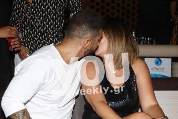 Ντάφυ παικταράς: Καυτά φιλιά με τη σύζυγό του στα μπουζούκια!