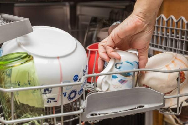 Θα σε σώσει! Με αυτό το κόλπο θα καθαρίσεις γρήγορα το πλυντήριο πιάτων