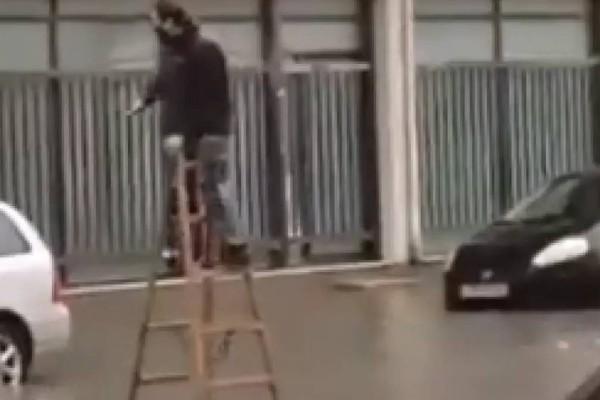 Κακοκαιρία Μπάλλος: Viral τύπος περπάτησε πάνω σε σκάλα για να φτάσει στο αυτοκίνητό του!