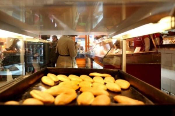 Ουρές για μία τυρόπιτα: Το μαγαζί με την καλύτερη κουρού που ταΐζει την Αθήνα τα τελευταία 100 χρόνια!