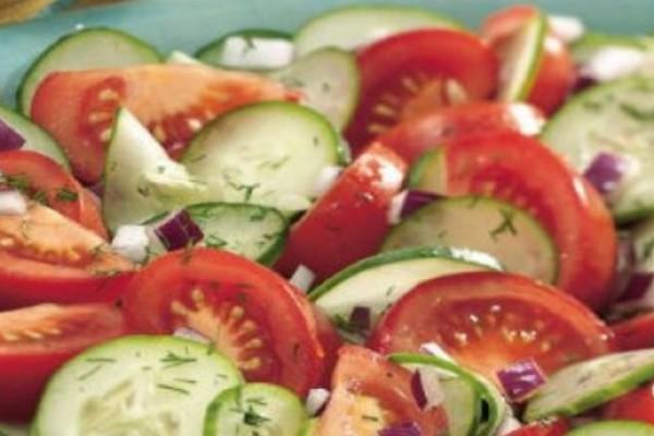 Τρώτε μαζί ντομάτα, αγγούρι και κρεμμύδι; Οι κίνδυνοι για την υγεία!