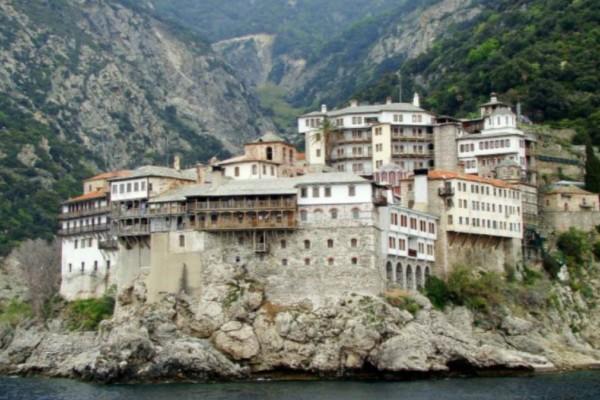 Ρίγος στο Άγιο Όρος: Εμφανίστηκαν άγγελοι όταν ένας μοναχός... Δείτε τη φωτογραφία που προκαλεί ανατριχίλα