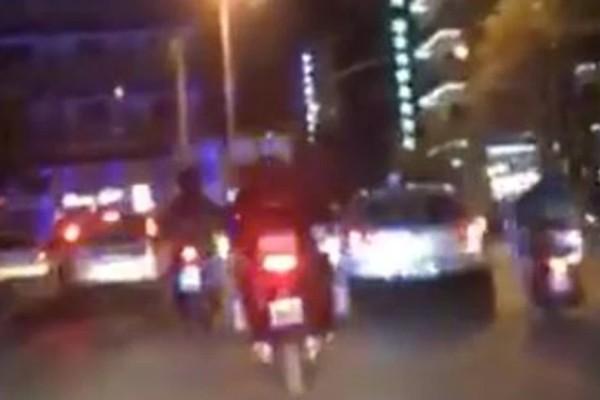 Καρέ - καρέ η στιγμή που αστυνομικοί μεταφέρουν παιδί με αλλεργικό σοκ στο νοσοκομείο (video)