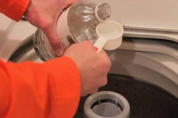 Ξεχάστε τα χημικά απορρυπαντικά πλυντηρίων: Κάντε τα ρούχα σας σαν καινούργια με αυτή τη σπιτική συνταγή 2 συστατικών