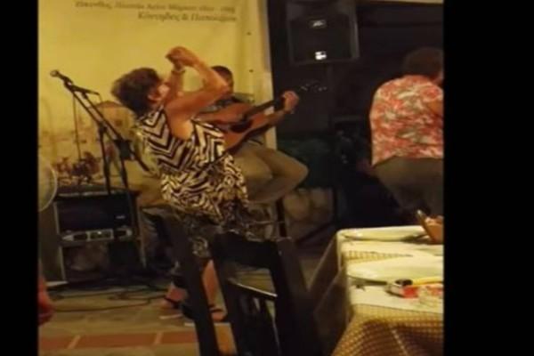 Τσιφτετέλι γιαγιάς σε κέντρο διασκέδασης που βάζει