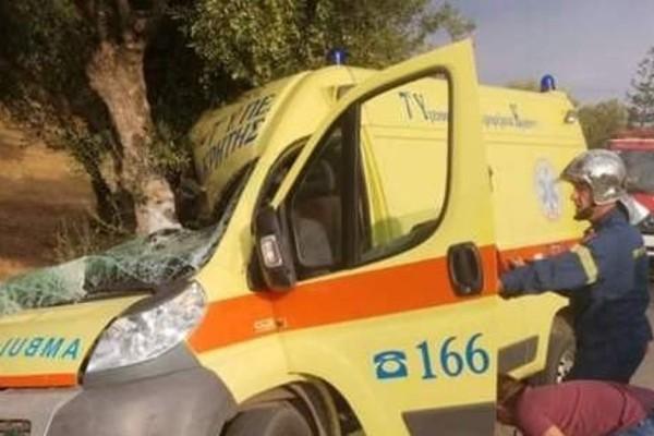 Σοκαριστικό τροχαίο στην Κρήτη - Ασθενοφόρο έγινε σμπαράλια