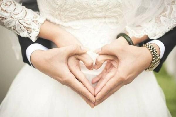 Ο γαμπρός θέλησε να κάνει καντάδα στην νύφη στη διάρκεια του γάμου - Αυτό που έγινε μετά αηδίασε τους πάντες