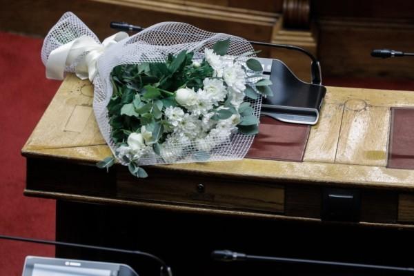 Φώφη Γεννηματά: Λουλούδια στο έδρανο που καθόταν η πρόεδρος του ΚΙΝΑΛ