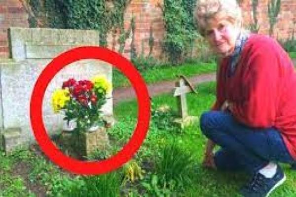 70χρονη επισκέφθηκε τον τάφο του συζύγου της και έμεινε άναυδη από αυτό που αντίκρυσε - Το γράμμα που τη συγκλόνισε