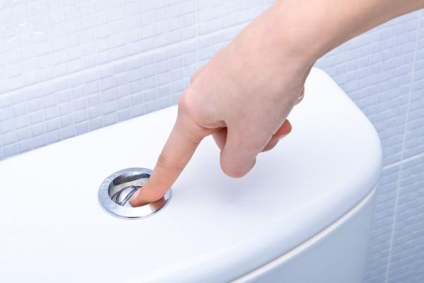 Ρίξτε ξύδι στο καζανάκι της τουαλέτας σας και πατήστε το! Δεν φαντάζεστε τι θα συμβεί