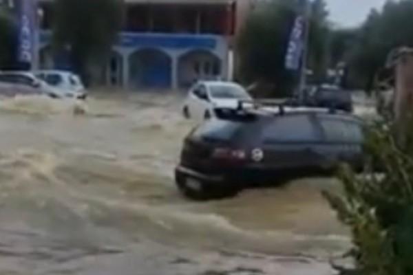 Κακοκαιρία «Μπάλλος»: Βούλιαξε η Κέρκυρα - Χείμαρρος παρασύρει αυτοκίνητο