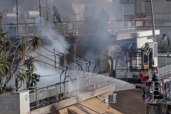 Φωτιά σε πολυκατοικία στον Κολωνό: Ένοικος πηδάει από το μπαλκόνι για να γλιτώσει από τις φλόγες (vid)