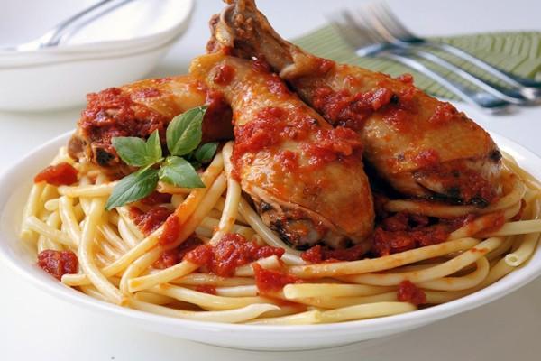 Λατρεμένο κοτόπουλο με μακαρόνια και σάλτσα ντομάτας