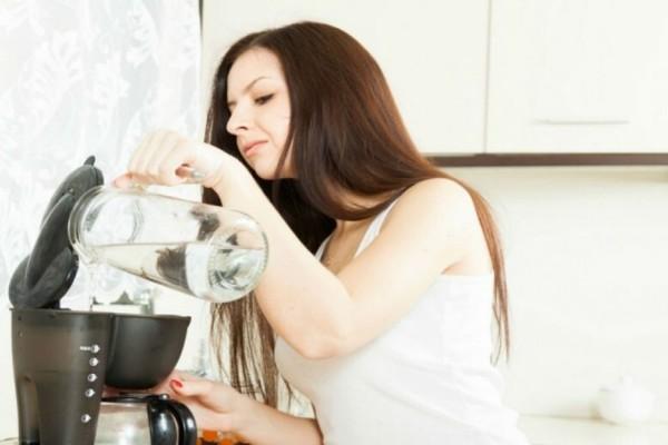 Γέμισε την καφετιέρα με λευκό ξύδι - Μόλις δείτε το αποτέλεσμα θα εκπλαγείτε