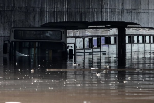 Κακοκαιρία «Μπάλλος»: Σοκαριστική εικόνα στην Ποσειδώνος – Λεωφορείο καλύφθηκε σχεδόν ολόκληρο από το νερό