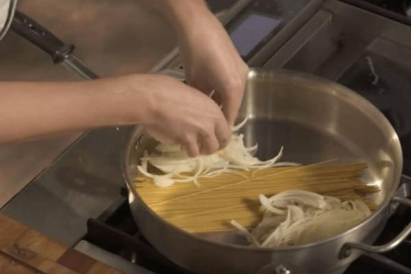 Βάζει τα μακαρόνια στην κατσαρόλα και προσθέτει κρεμμύδι και… το τελικό αποτέλεσμα; Εκπληκτικό!