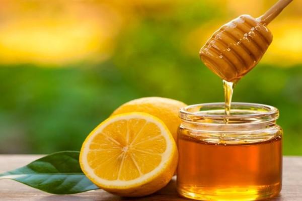 Βάλε λεμόνι με μέλι στο πρόσωπό σου και πες «αντίο» στα σπυράκια!