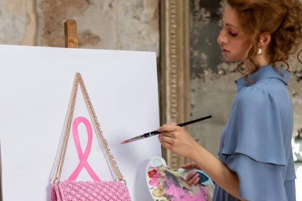Η Miss Polyplexi συνεχίζει την υποστήριξη της στο «Άλμα ζωής» με μια πανέμορφη συλλεκτική ροζ δημιουργία