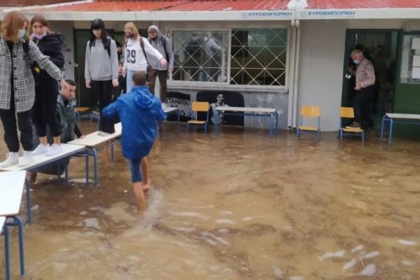 Κακοκαιρία «Μπάλλος» - Οργή από τους μαθητές της Νέας Φιλαδέλφειας: «Δεν είναι δυνατόν να πνιγόμαστε μέσα στα ίδια μας τα σχολεία»