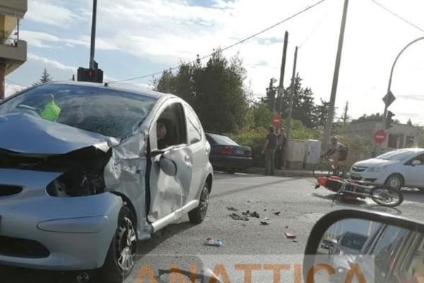 Νέα Μάκρη: Σοβαρό τροχαίο στη Μαραθώνος - Στο νοσοκομείο οδηγός μηχανής
