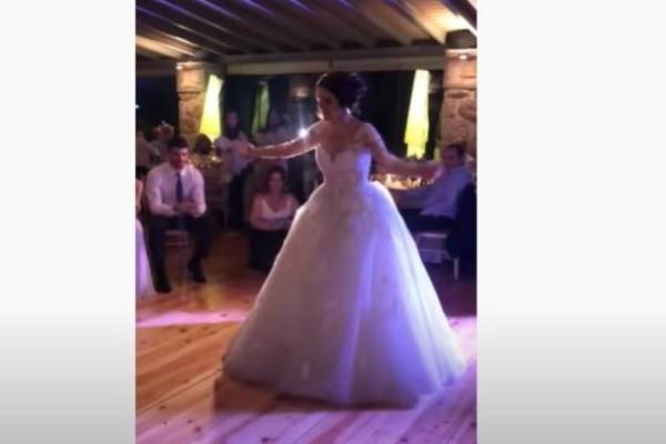 Το ζεϊμπέκικο της νύφης που τους άφησε όλους άφωνους - Πεσμένος στα γόνατα ο γαμπρός την χειροκροτεί