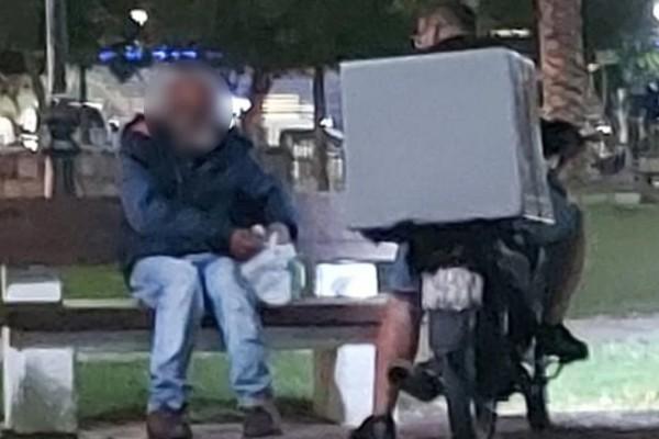 Ντελιβεράς «ραγίζει» καρδιές όταν σταματά σε πλατεία για να δώσει λίγο φαγητό σε άστεγο