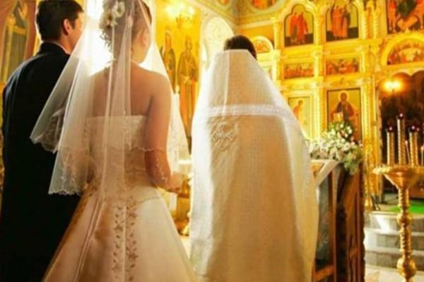 Απίστευτο χουνέρι στην νύφη και τον γαμπρό: Έπαθαν όλοι σοκ με αυτό που τους έκανε ο παπάς πριν από το γάμο