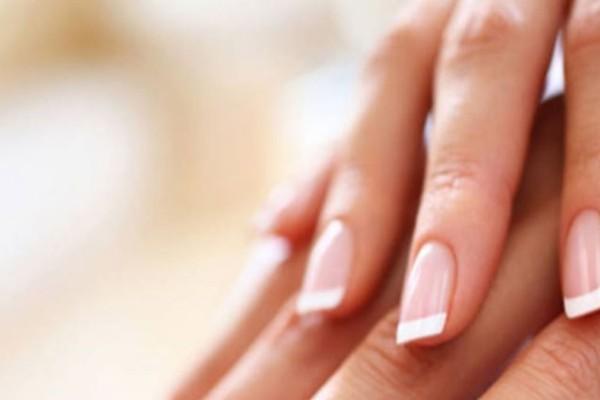 Δυσκολεύεστε να κάνετε μόνες σας γαλλικό στα νύχια σας; Δείτε βήμα βήμα πώς θα πετύχετε το τέλειο μανικιούρ