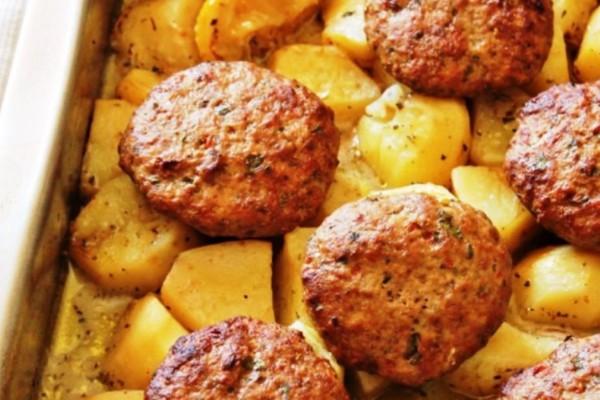 Απολαυστική συνταγή: Αφράτα μπιφτέκια με λεμονάτες πατάτες φούρνου, με μπύρα
