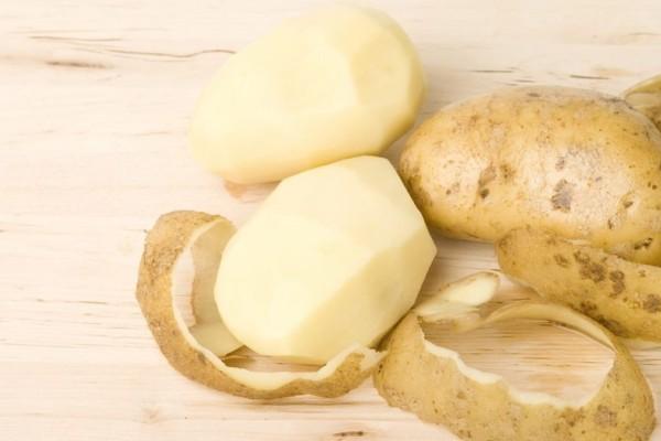 Πανεύκολο: Το απλό κόλπο για να ξεφλουδίζετε τις πατάτες... στο πιτς φυτίλι