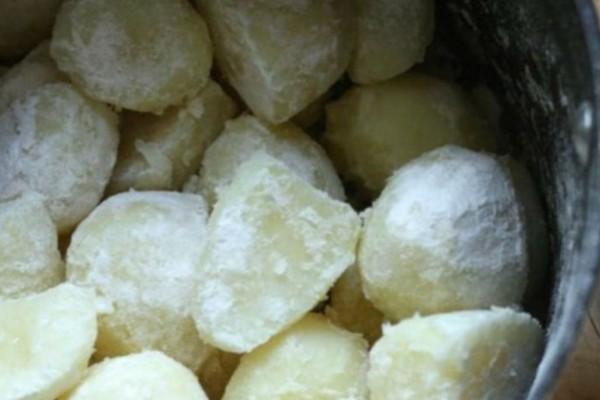 Κόβει σε κύβους τις πατάτες, τις αλευρώνει και προσθέτει σκόρδο και κρεμμύδι - Θα ξετρελαθείτε με το αποτέλεσμα