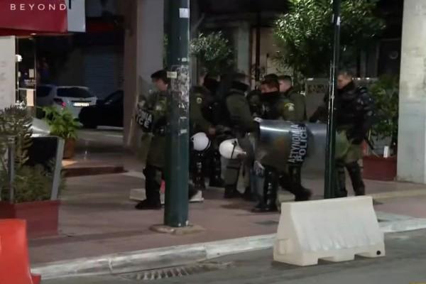 Πέραμα: Έφτασαν στα δικαστήρια Πειραιά οι 7 αστυνομικοί - Τους χειροκρότησαν και φώναζαν «ήρωες» (Video)