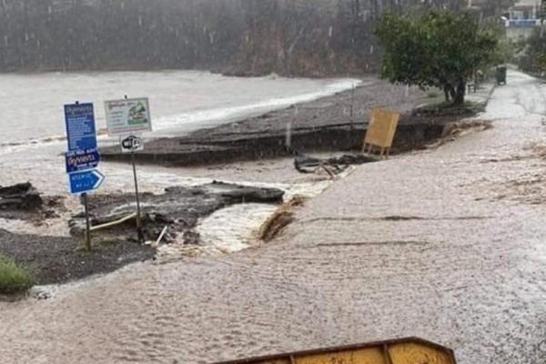Κακοκαιρία «Μπάλλος» - Εύβοια: Κάτοικοι εγκαταλείπουν τα σπίτια τους - Κατεδαφίζουν γέφυρα υπό τον κίνδυνο πλημμυρών