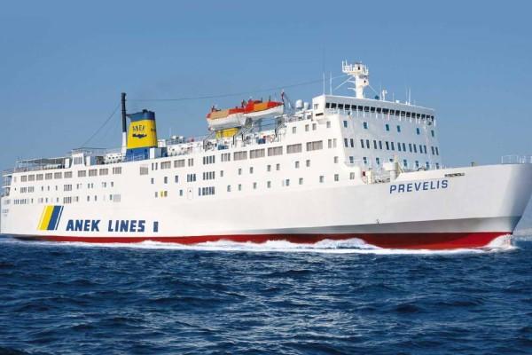 Συναγερμός στη Σαντορίνη: Προσέκρουσε στο λιμάνι το πλοίο «Πρέβελης»