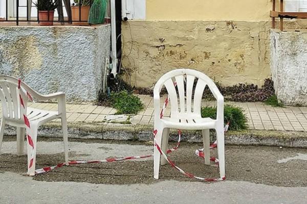 Πρόστιμο 400 ευρώ σε όσους βάζουν καρέκλες και καφάσια σε θέσεις πάρκινγκ