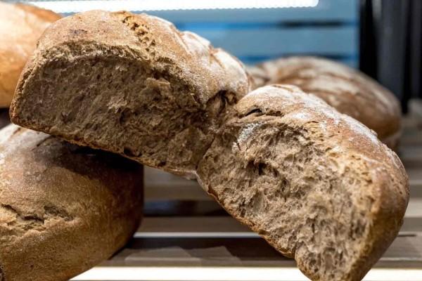 Πώς θα κάνεις το μπαγιάτικο ψωμί σαν φρέσκο σε λίγα λεπτά