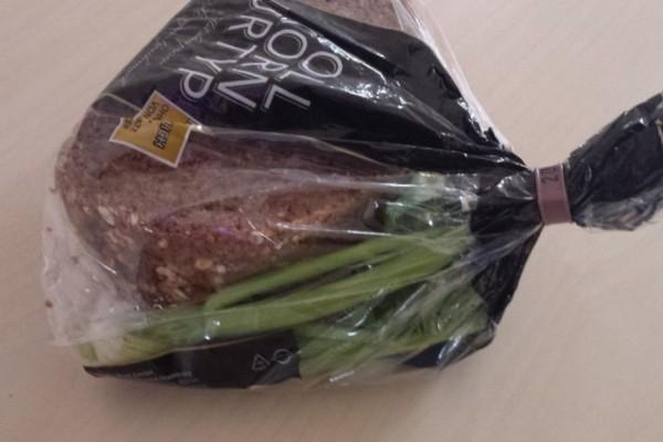 Έβαλε το ψωμί μαζί με λίγο σέλινο μέσα σε μια πλαστική σακούλα - Δείτε τι συνέβη όταν την άνοιξε και δε θα το πιστεύετε!