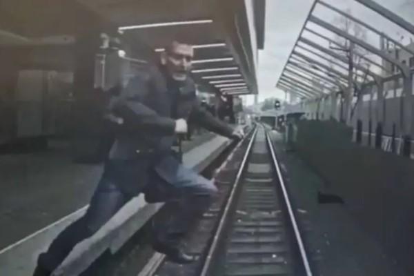 Απίστευτο! Πήδηξε μπροστά σε συρμό καθώς έφτανε στον σταθμό (vid)