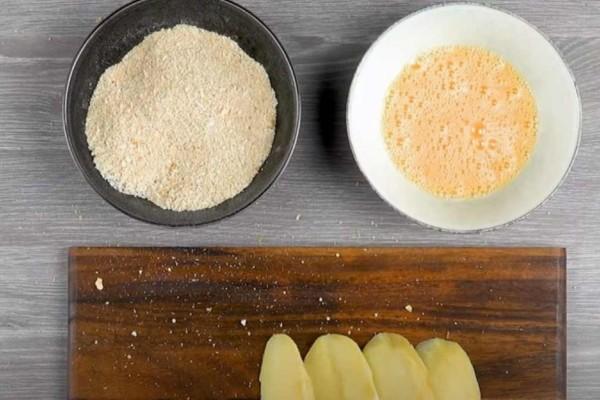 Τρίβει ψωμί και τυρί και βουτάει μέσα πατάτα - Μόλις δείτε το αποτέλεσμα θα τρέξετε να το κάνετε