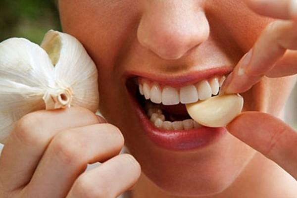 Κρατήστε στο στόμα σας ένα σκόρδο...Μετά από 30 λεπτά θα μείνετε άφωνοι από το αποτέλεσμα