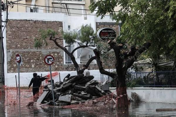 Κακοκαιρία Μπάλλος: Έπεσε μπαλκόνι πολυκατοικίας στο Χαλάνδρι (videos)