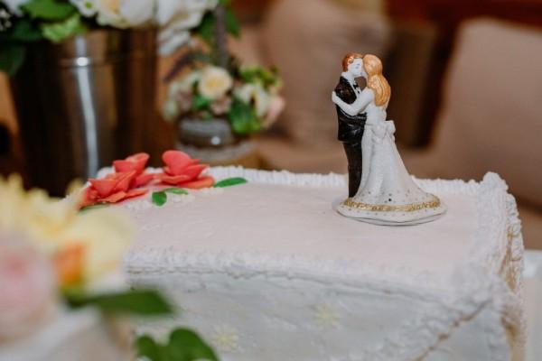 Η νύφη και ο γαμπρός έκατσαν μπροστά στη γαμήλια τούρτα για φωτογραφία - Έμειναν άναυδοι με αυτό που είδαν να συμβαίνει