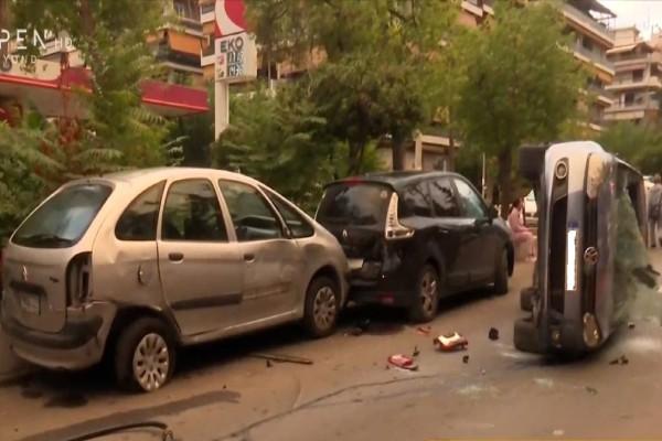 Σοκαριστικό τροχαίο στη Νέα Σμύρνη: Αυτοκίνητο αναποδογύρισε στη μέση του δρόμου (Video)