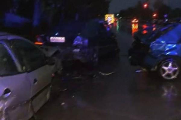 Καραμπόλα στη Θεσσαλονίκη: ΙΧ έπεσε πάνω σε σταθμευμένα αυτοκίνητα